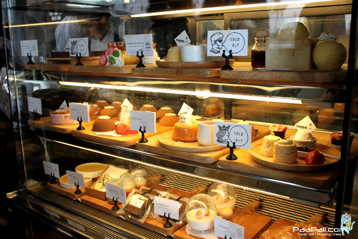 เคาน์เตอร์ด้านหน้าร้าน สามารถเลือกสั่งขนมได้ตามชอบร้าน Think Cafe
