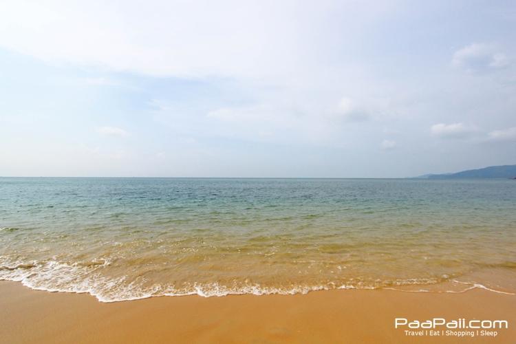 น้ำทะเลใส ๆ ที่อ่าวกวางปีบเกาะพยาม